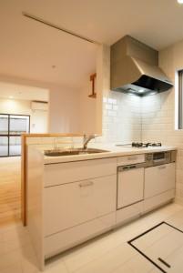 汚れが落ちやすい材質。しまいやすく取り出しやすい収納。新しいキッチンは家事負担を減らし、毎日の料理が楽しくなります。